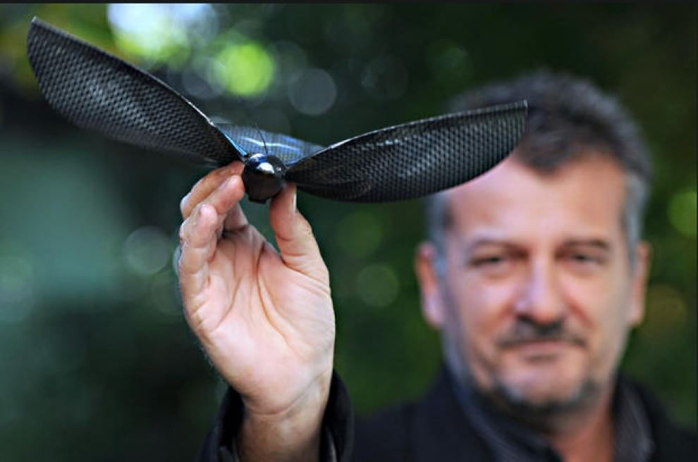 """Edwin Van Ruymbeke crea """"Bionic Bird"""", il primo drone con le sembianze di un insetto comandabile tramite smartphone a Marsiglia (Francia). 6 novembre 2014"""