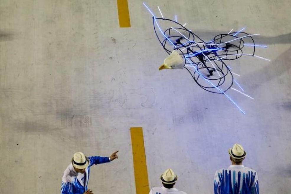 Un drone vola sopra la parata dei Campioni al Sambodromo di Rio (Brasile). 21 febbraio, 2015.