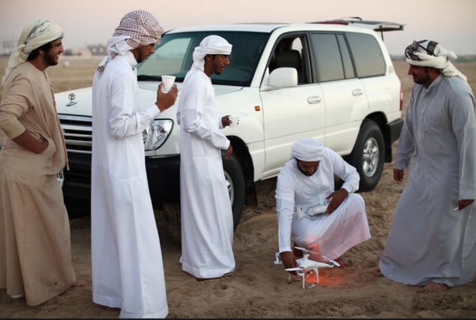 Caccia del falco, il tradizionale sport arabo, diventa sempre più tecnologico. Abu Dhabi (Emirati Arabi). 3 febbraio 2015