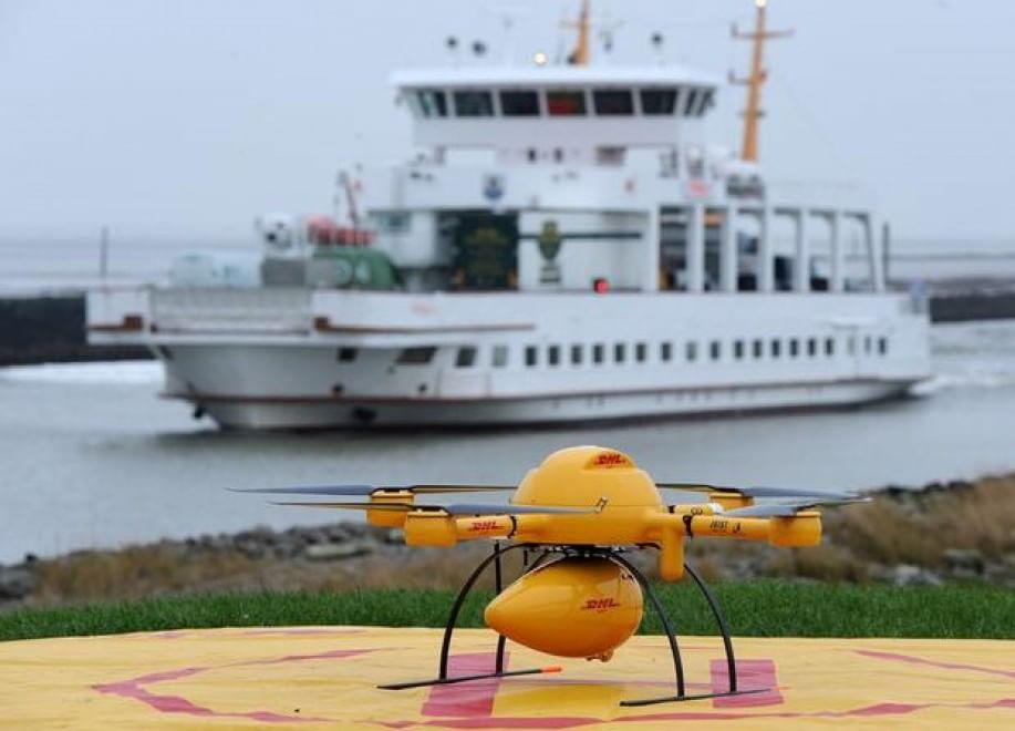 Un drone trasporta farmaci dal porto di verso l'isola di Juist (Germania). il 18 novembre 2014
