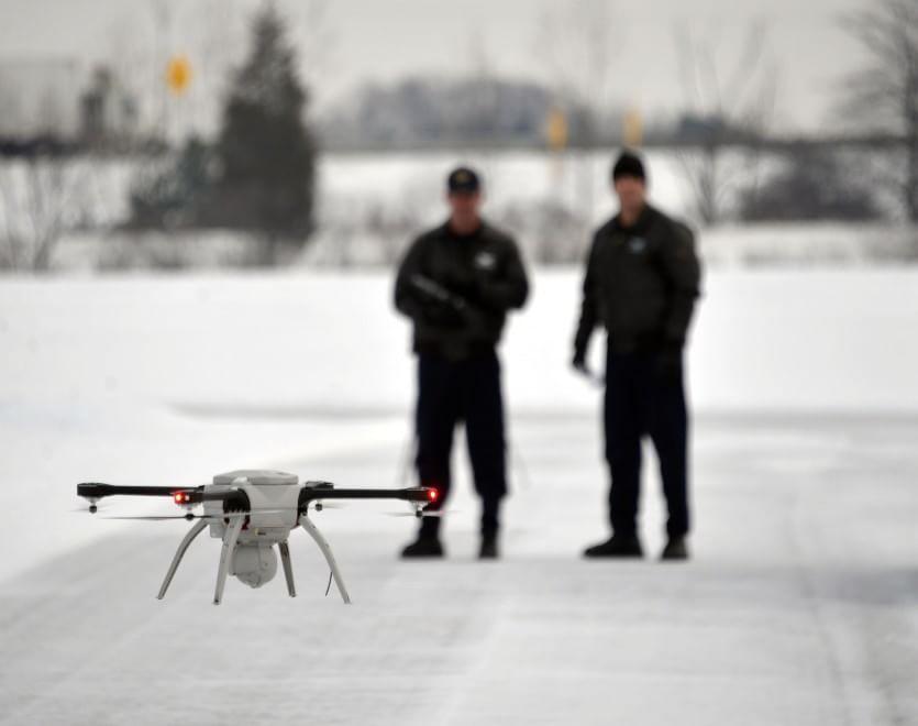Due poliziotti del Michigan (USA) testano il nuovissimo drone comprato dalla centrale.