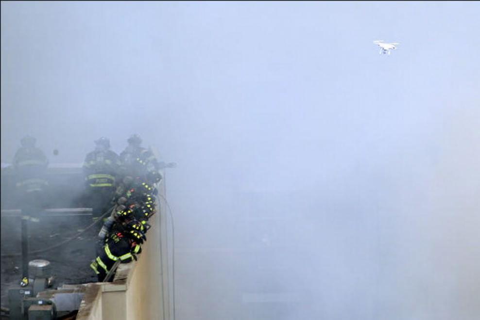 Il drone assiste l'intervento dei pompieri di New York su un edificio di Harlem in fiamme. 12 marzo 2014