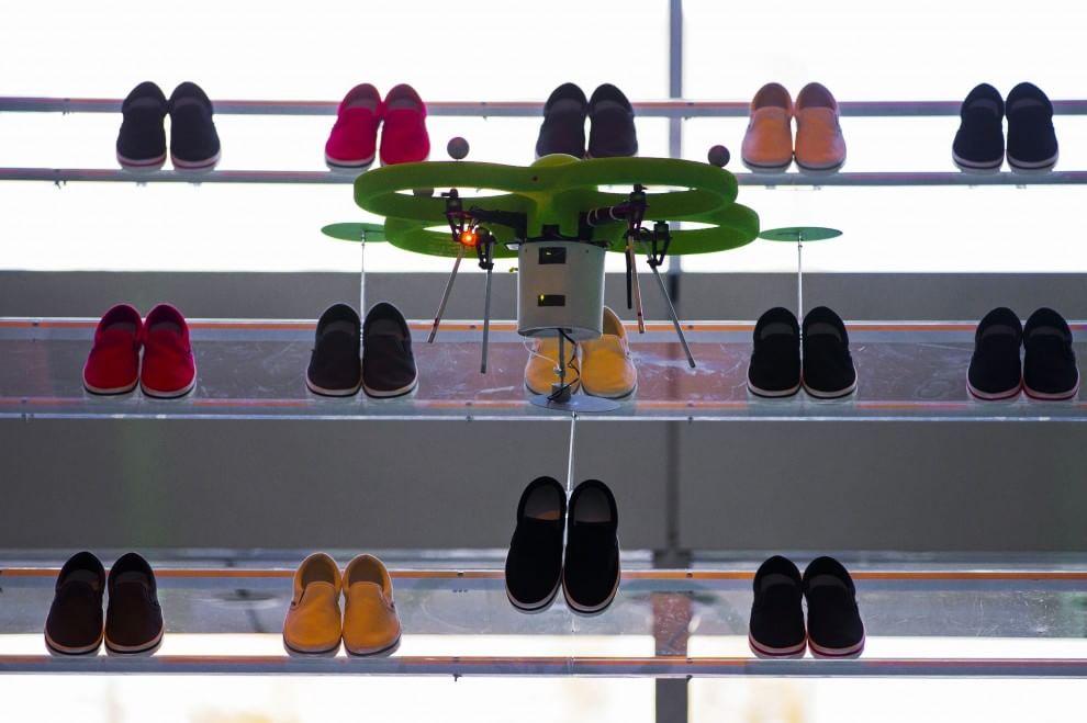 Un drone assiste la presentazione di una nuova linea di scarpe a Tokyo. 5 marzo 2015