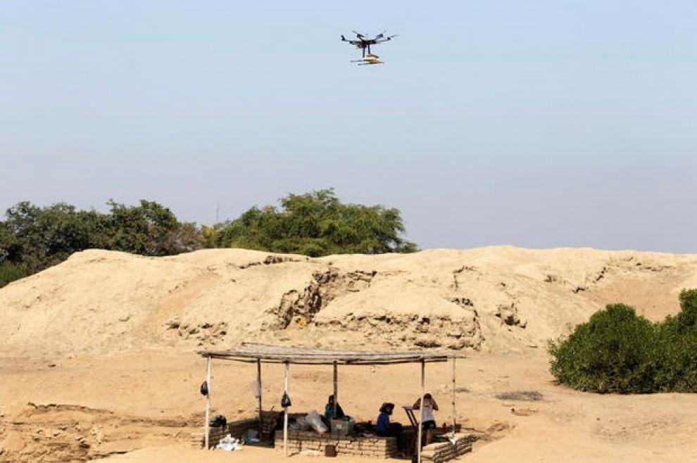 Un drone lavora agli scavi del sito di San Jose de Moro, a Trujillo (Perù). 18 luglio 2013