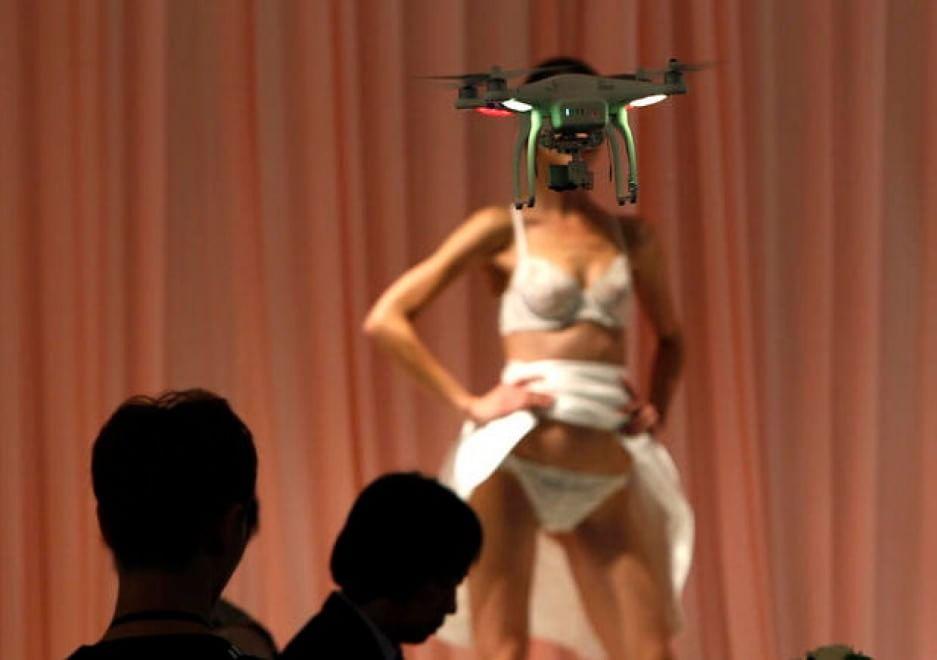 Un drone registra la sfilata di intimo della collezione Eve's Temptation, durante la China Fashion Week (Pechino). 26 ottobre 2014.