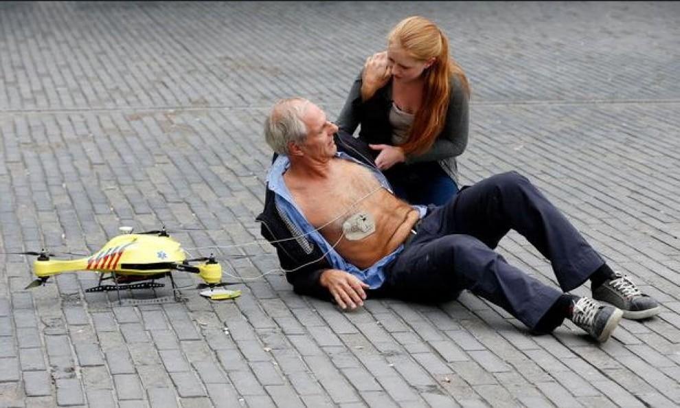 Droni utilizzati dagli ospedali. Un drone soccorre un ferito e monta un defibrillatore nel campus universitario di Delft (Olanda). 28 ottobre 2014