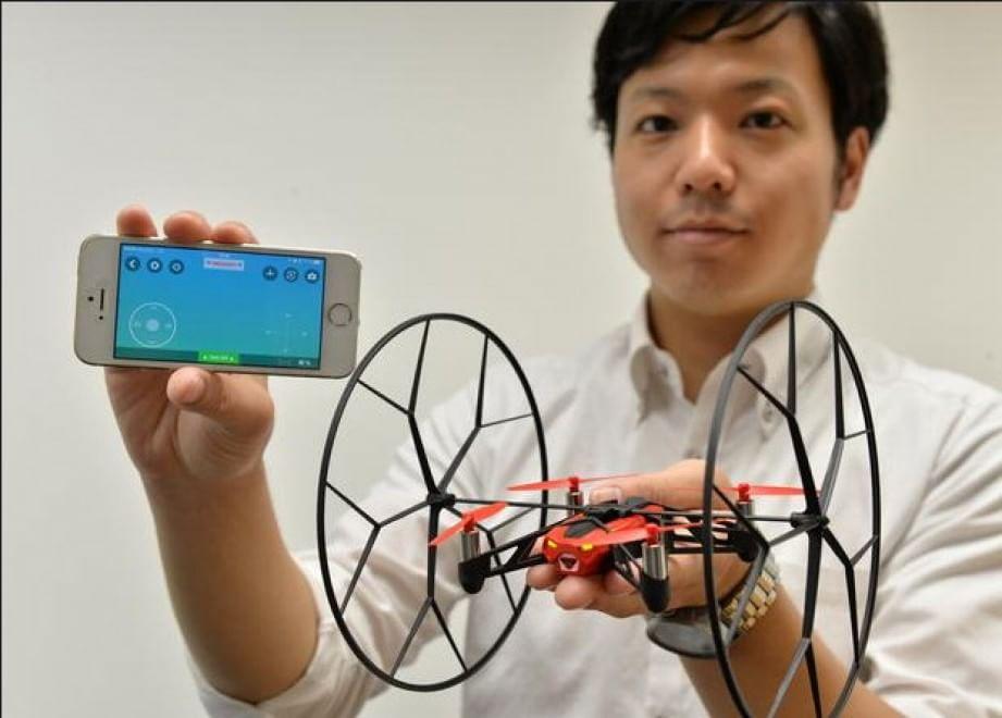 """Viene presentato il drone """"Rolling Spider"""", pensato appositamente per i più piccoli a Tokyo. 12 agosto 2014"""