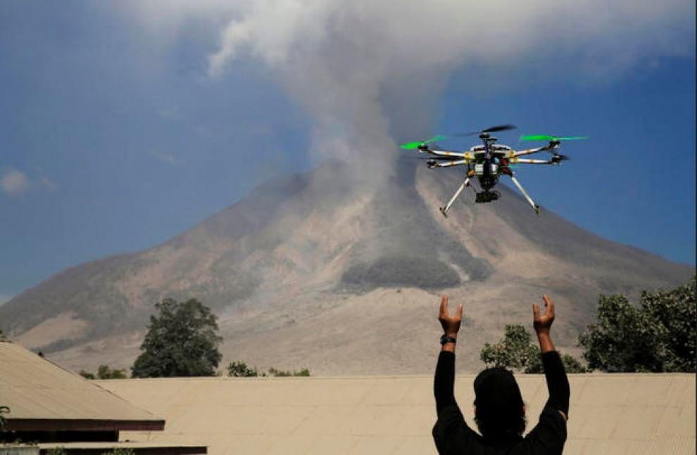 Un drone monitora l'attività del vulcano Mount Sinabung nel Nord di Sumatra (Indonesia). il 4 febbraio 2014