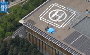 Vista dall'alto del luogo del ritrovamento. Poliziotti e funzionari della sicurezza intorno ad un telone che copre il drone radioattivo
