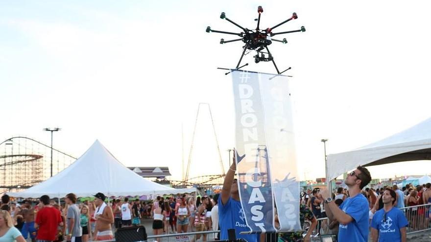 Drone in volo durante un festival