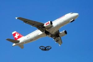 Un drone che riprende un aereo in fase di decollo