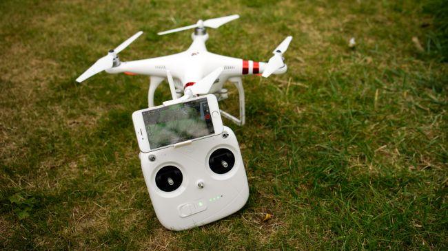 Il controller si occupa di volare, mentre l'applicazione controlla la camera.