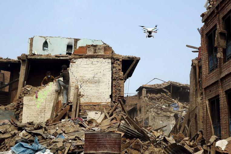 Un drone con camera termica alla ricerca di persone dopo il terremoto in Nepal