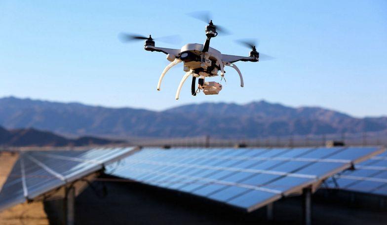 Un drone sorveglia un parco solare
